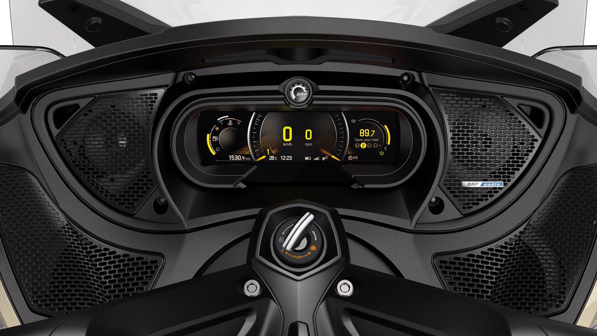 BRP представила нову, повністю цифрову приладову панель на більшості моделей родстерів Can-Am Spyder 2018 р. в.